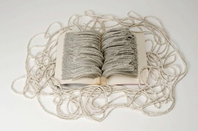 """Che tu sia per me il coltello, 2014. Libro intagliato: David Grossman, """"Che tu sia per me il coltello"""", ritagli arrotolati e infilati, colla, filo, dimensioni variabili. «Ho tagliato tutto il bianco tra le righe di questo romanzo, per sottolineare l'intensità, la densità, a volte quasi insopportabile, della scrittura…»"""