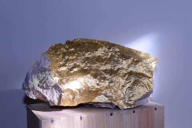 """""""Pietra d'oro"""", Scultura, pietra e fogli d'oro, cm.30x15x10, 2014. Courtesy Traffic Gallery."""