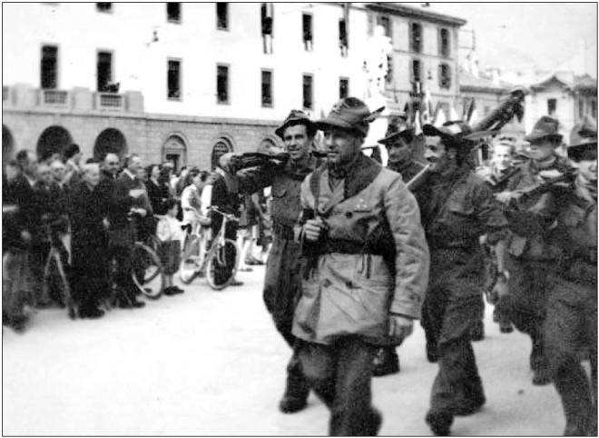 Riccardo Cassin e la sua Brigata Rocciatori sfilano nel centro di Lecco.