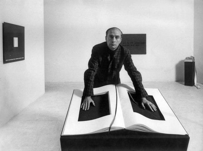 """Vincenzo Agnetti e il suo """"Libro"""", fotografati da Ugo Mulas"""