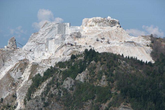 Il Picco Falcovaia nel 2014 con le cave Cervaiole.