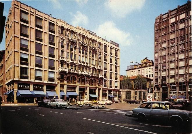 Milano, Piazzetta Liberty nel 1965. A destra, al piano terra dell'edificio più alto, l'ingresso del cinema Apollo.