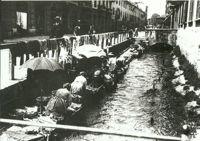 Lavandaie lungo la Roggia Boniforte in via Argelati, nel 1940.