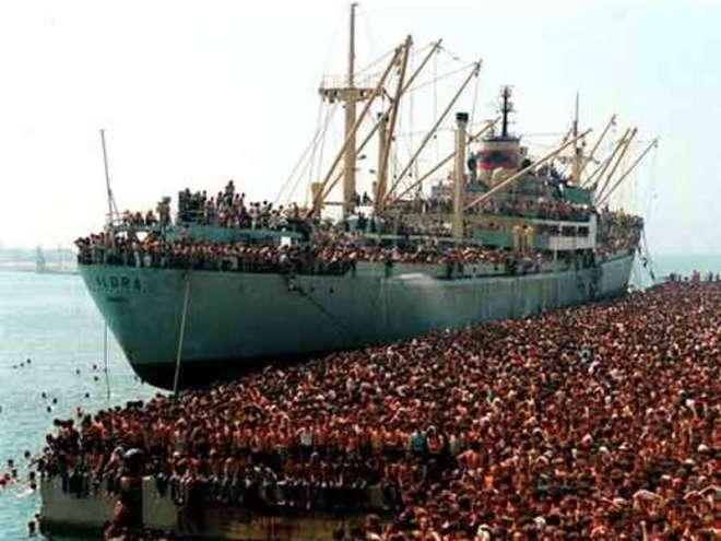 """8 agosto 1991, la nave """"Vlora"""" attracca a Bari."""