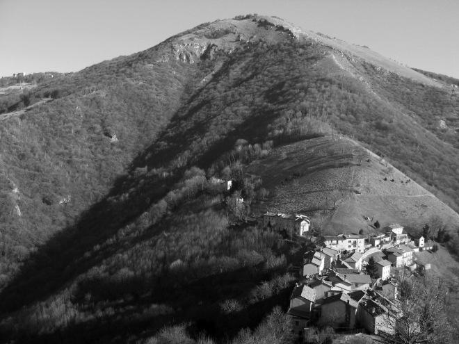 Il piccolo e bellissimo borgo di Colle di Sogno, sulle Prealpi Bergamasche.
