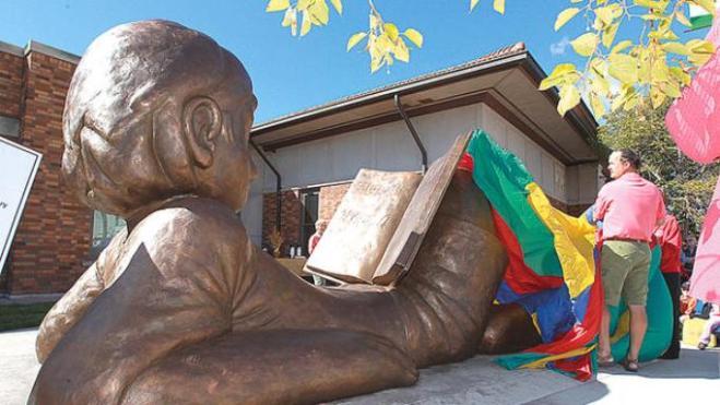 """Hans Gilsdorf accanto a """"Once upon a time"""" nel giorno dell'inaugurazione della scultura."""