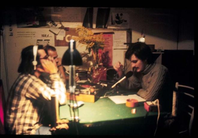 """Febbraio 1976. Iniziano le trasmissioni di Radio Alice dalla sede di via del Pratello. Una rara fotografia di Franco """"Bifo"""" Berardi in diretta dagli studi della radio. (© Archivio Studio Camera Chiara)"""