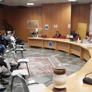 Pubblico e oratori in sala (in alto, al tavolo, Elisa Cicco, assessore alla cultura del Comune di Cervinia-Valtournenche e Cristina Busin, presidente di Alpes)