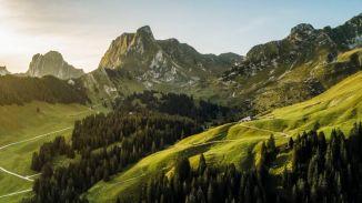 Aerial der Alp Bire mit dem markanten Gantrisch im Hintergrund.